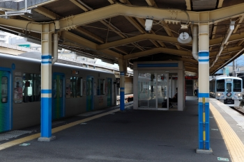 2020年8月18日 10時15分ころ。田無。左が発車する40152F(カナヘイ)の下り回送列車。右が、到着する4009Fの下り回送列車。