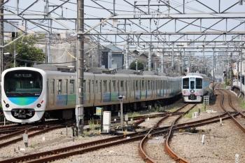 2020年8月18日 10時21分ころ。田無。引き上げ線に入った4009Fの回送列車(右)と38104Fの5619レ。
