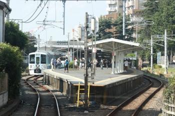 2020年8月18日。豊島園。4009Fが2番ホームに停車中。5483レの車内から見た豊島園駅。