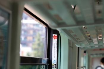 2020年8月18日。JR東日本・山手線の車内。「開口目安」よりかなり広く開いてる側窓。