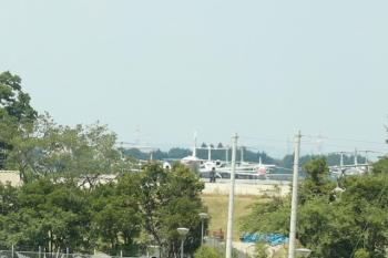 2020年8月18日 12時半ころ。武蔵藤沢〜稲荷山公園。下り列車の車内から見えた入間基地には飛行機がたくさんいる感じでした。