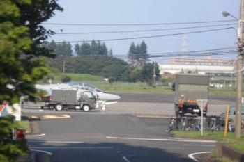2020年8月18日 16時過ぎ。武蔵藤沢〜稲荷山公園。下り列車の車内から見えた戦闘機。