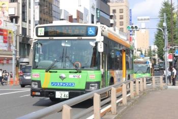 2020年8月19日 8時27分ころ。目白駅前。新宿駅西口ゆきと池袋駅東口ゆきの2台の都バスの後ろに、回送の都バスが見えてます。