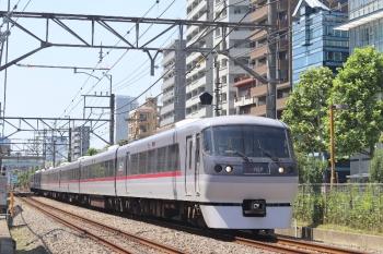 2020年8月20日。高田馬場〜下落合。10111Fの120レ。まだ夏の盛りですが、南中高度は低くなり、ビルの影が電車にかかってます。