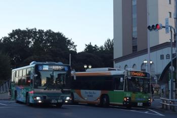 2020年8月20日 17時45分ころ。目白駅前。都バスが多いですが、西武バスもたまに来ます。都バスとの並び。