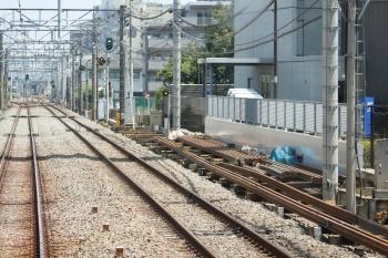 2020年8月22日。ひばりヶ丘〜保谷駅間。上り列車の車内から。右側の下り線脇に、レールが沢山おかれてました。