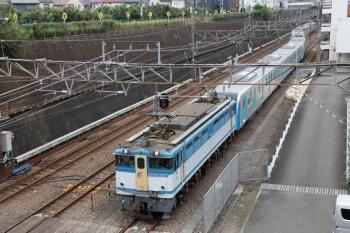 2020年8月23日 8時49分ころ。新秋津。到着する西武40153Fの甲種鉄道車両輸送の貨物列車。牽引はEF65-2127。