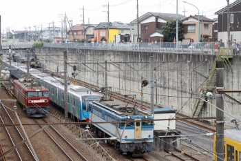 2020年8月23日 8時57分ころ。新秋津。西武40153Fから切り離されたEF65-2127(右)と、その横を通過するEH500-39牽引の北行貨物列車。7