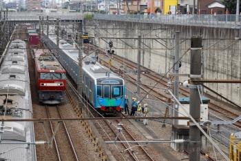 2020年8月23日 9時19分ころ。新秋津。到着した西武40153Fの横を通過する、EH500-42牽引の北行貨物列車と、武蔵野線の府中本町ゆき。