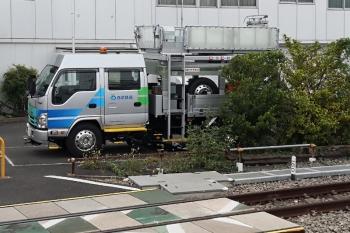 2020年8月23日。東長崎。新塗装の作業用自動車。手前の線路は保守用車が止まるところです。