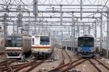 2020年8月23日。石神井公園。左から、27S運用で5番線で折り返しのメトロ10017F、6番線で夜間滞泊だったメトロ7034F、20101Fの4115レ送り込みの上り回送列車。