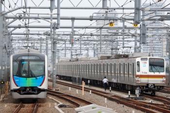 2020年8月23日。石神井公園。発車した40106Fの西武秩父ゆきS-Train 1号・401レと、6番線で夜間滞泊だったメトロ7034F。