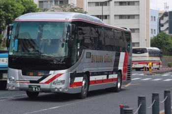 2020年8月26日。高田馬場駅近くの新目白通り。越後交通の回送バスと、千曲バスの池袋ゆきがすれ違い。