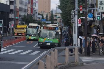 2020年8月28日 8時26分ころ。目白駅前。池袋駅東口ゆきの都バスと、後ろから迫る回送の都バス。