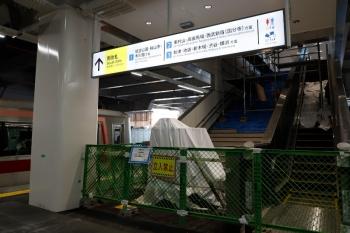 2020年8月29日。所沢。左は東急4109Fの1713レ。南口への階段はまだ閉鎖。
