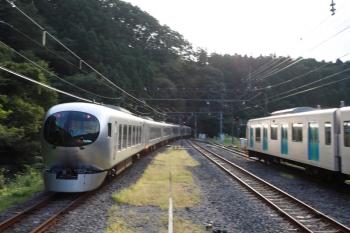 2020年8月30日 16時41分ころ。芦ケ久保。2075Fの1002レ、40104Fの上り回送列車が到着すると、下り特急 21レが通過(右端)。