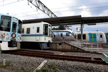 2020年8月30日 14時43分ころ。横瀬。手前から、回送の4009F、4017Fの5040レ、001-G編成の17レ、夕方のS-Trainまで留置の40104F。