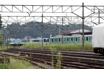 2020年8月30日 14時48分ころ。横瀬。ホーム横の側線から西武秩父方の引き上げ線へ向かう4009F(左奥)。右手が駅のホームです。