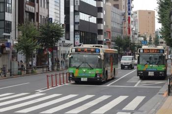 2020年8月31日 8時29分ころ。目白。回送の都バスが、新宿駅西口ゆきの都バスを追い抜き。
