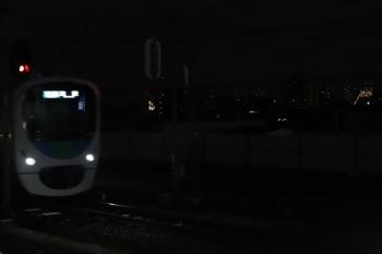 2020年8月31日 19時過ぎ。練馬。30000系上り列車の右手、何やら光っているのが としまえんの遊具かなにかに表示されるメッセージぽかったです。