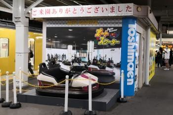 2020年8月31日。豊島園。ホーム中央には閉園記念のゴーカートの展示。多くの人がスマホカメラで撮っていました。