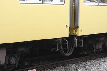 <br /> 2009年7月28日、所沢、クハ3105(左)とモハ3105の連結面床下。
