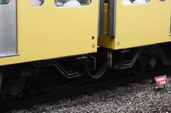 2009年7月28日、所沢、サハ9704(左)とモハ9804の連結面床下。