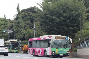 2020年8月31日 8時29分ころ。目白駅前。江古田二丁目ゆきのオリンピック車体広告の都バス(右)と、右折して転回場へこれから向かう学05系統の都バス(左奥)。