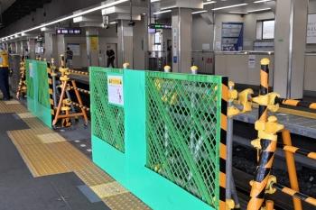 2020年9月6日 12時20分ころ。高田馬場。4番ホーム側。朝ラッシュ時は、上り列車はこちら側もドアを開けて乗客を降ろしていますが、西武新宿方はバリケードに変わってました。
