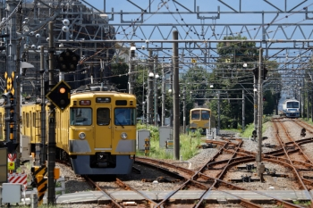 2020年9月6日。萩山。左から、2407F+2067Fの2323レ、電留線でお昼寝の黄色ツートンN101系、右端は261Fの6056レ。