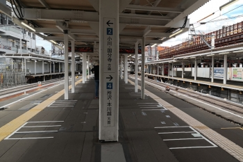 2020年9月6日。東村山。本川越方を見た所。右手の新宿線・上り線の脇に高架橋を作成中。