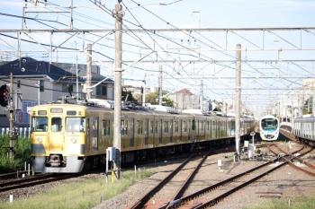2020年9月8日 6時40分ころ。田無。上の写真の列車の折り返しは40分後。2401F+2061Fの下り回送列車が4番ホームを通過。この後、4306レになっていました。