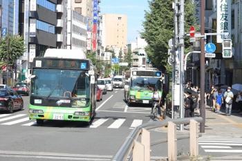 2020年9月9日 8時26分ころ。目白駅前。発車待ちの新宿駅西口ゆき都バス(右奥)を追い抜いた、回送の都バス。
