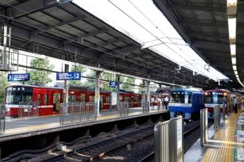 2020年9月10日。品川。左端の3番ホームは普通の615で到着した1577ほか。青い電車は「モーニング・ウィング1号」551Aの2140ほか8連。右端は1225ほかの特急 三崎口ゆき600C。