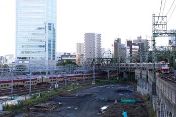 2020年9月10日。品川。上記の普通の通過を待っていた1112ほかのエアポート急行・703(右)と、左下のJR東海道本線を通るサンライズ瀬戸・出雲の285系。
