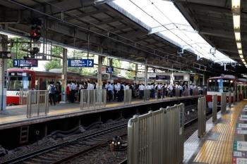 2020年9月10日。品川。普通列車専用の3番ホームも混雑しています。