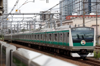 2020年9月10日。新大久保。川越線の開業80周年記念ヘッドマークを付けた埼京線のE233系。
