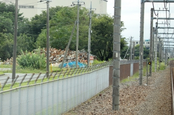 2020年9月13日。稲荷山公園〜武蔵藤沢駅間。線路脇の瓦礫。自衛隊の基地内です。