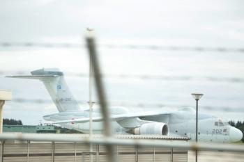 2020年9月13日。稲荷山公園〜武蔵藤沢駅間。線路脇の瓦礫を挟んで滑走路にはいつもの大型輸送機18-1202がいました。自衛隊のRC-2電波情報収集機のようです。