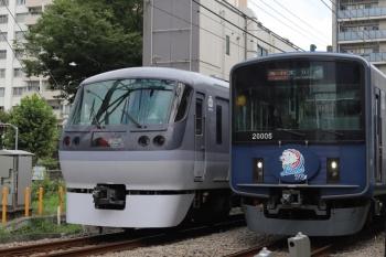 2020年9月14日。高田馬場〜下落合。10109Fの120レ(左)と20105F(ライオンズ)の2643レ。