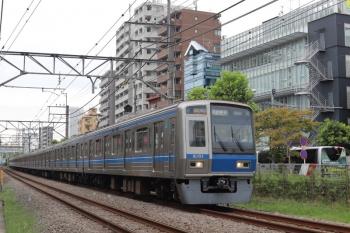 2020年9月16日。高田馬場〜下落合。6101Fの2642レ。右奥に見えているのは越後交通の回送バスだと思います。