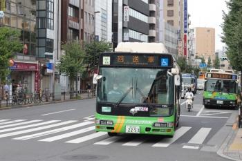 2020年9月16日 8時25分ころ。目白駅前。練馬方面からやって来た回送の都バスが、停車中の新宿駅西口ゆきを追い抜きました。