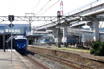 2020年9月20日 15時30分ころ。黒崎。右が、背後から到着したレール輸送の貨物列車。牽引はEF81-455。レールは載ってません。左はJR九州の特急列車。
