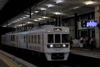 2020年9月21日 19時24分ころ。薬院。福岡方から回送で戻ってきた「TEH RAIL KITCHEN CHIKUGO」の6050形は一旦停車してから、すぐに発車。