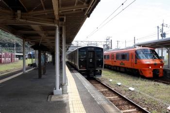 2020年9月22日。有田。右から、JR九州の特急「みどり5号・ハウステンポス5号」(併結)の783系、鳥栖ゆき普通列車の817系2連、そして松浦鉄道のMR-609。