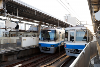 2020年9月22日。姪浜。中央が2000系で、両脇が開業当初からの1000系。