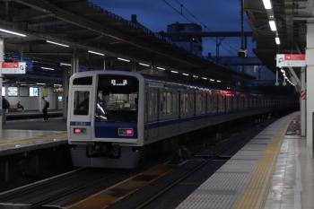 2020年9月24日 5時30分ころ。所沢。3番ホームを通過する6157Fの上り回送列車。