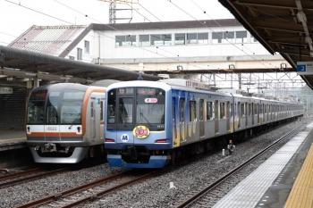 2020年9月26日。仏子。「ヨコハマトリエンナーレ」車体広告のY515Fの13K運用の上り回送列車と、通過するメトロ10022Fの1706レ(左)。