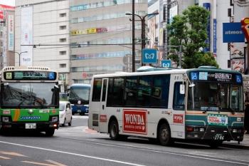 2020年9月27日 10時7分ころ。池袋。東口前のバス乗り場に停車する新宿駅西口ゆき西武バス(右)。横から都バスと、さらに後ろには西武の高速バスも見えます。