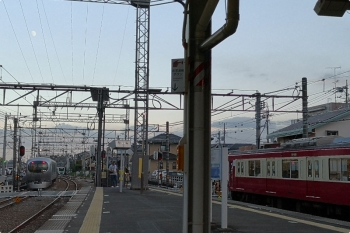 2020年9月27日。西所沢。右から、1番ホームに到着した9103Fの急行 7260レ。左上にお月様が見えてます。